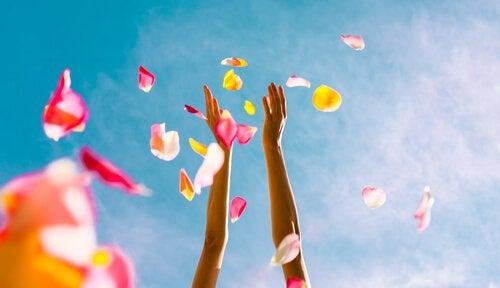 mains-jetant-des-petales-de-fleurs