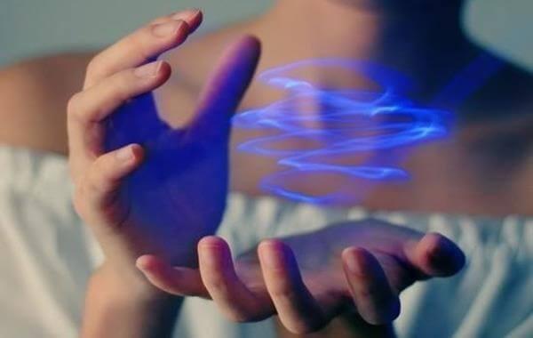 mano-sujetando-haz-de-energia