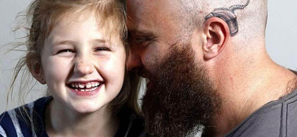 papa-implant-cochleaire-tatouage