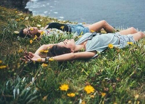 pareja-tumbada