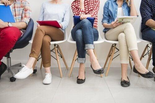 personnes sans emplois assises sur une chaise