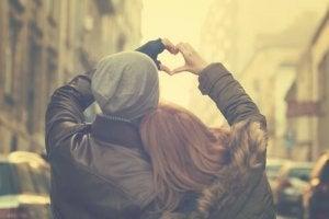 Coupe-de-dos-formant-un-coeur-avec-les-mains