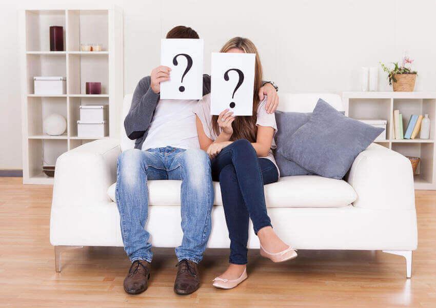 Couple-avec-panneaux-interrogations