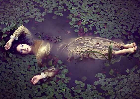 Femme-allongee-riviere