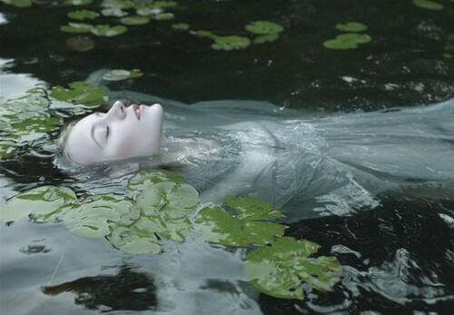 Femme-dans-une-riviere-avec-des-nenuphars