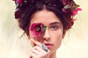 Femme-fleurs-sur-la-tete
