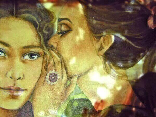 Femme-parlant-a-l'autre-dans-l'oreille