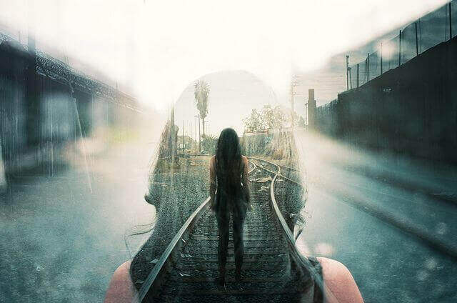 Femme-voie-du-train