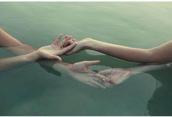 Mains-entrelacees-dans-l'eau