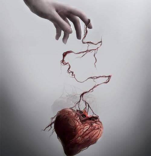 mano-sujetando-corazón-maltratado-1