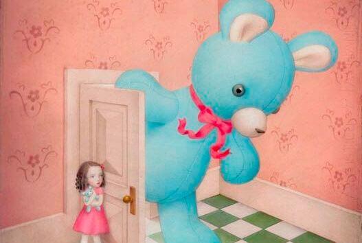 niña-abriendo-puerta-oso-gigante