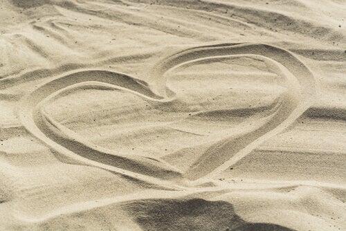 coeur-dessine-dans-le-sable