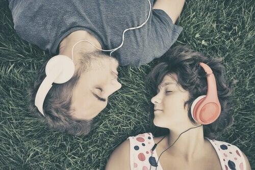 couple-ecoutant-de-la-musique