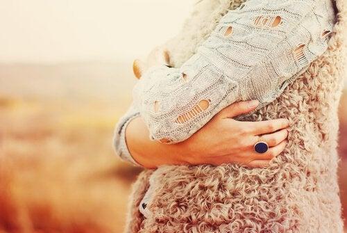 mujer-abrazandose-a-si-misma