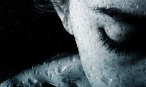 mujer-con-los-ojos-cerrados-llorando
