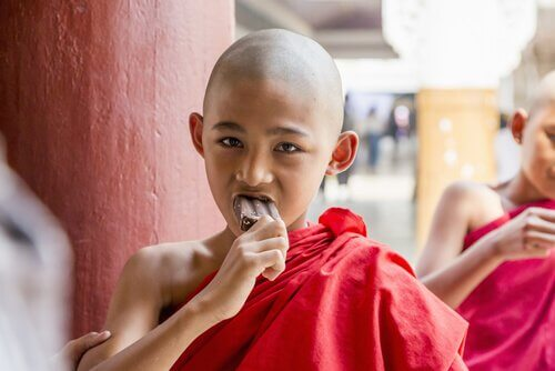 nin%cc%83o-budista-comiendo-helado-de-chocolate
