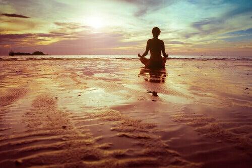 persona-haciendo-meditacion