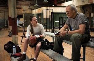 chica-boxeadora-hablando-con-su-entrenador