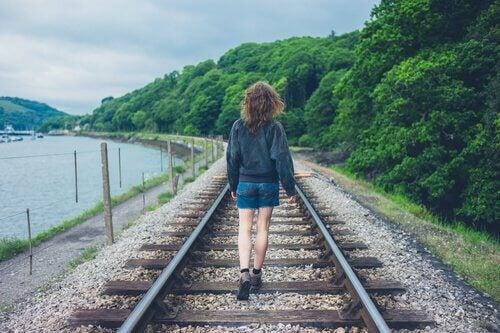 chica-esperando-tren