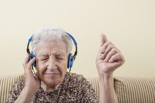 femme-agee-ecoutant-de-la-musique