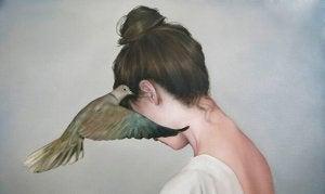 femme-avec-colombe-sur-loreille
