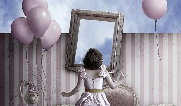 femme-face-a-un-miroir-ballons