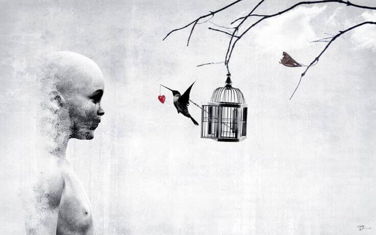 femme-regardant-une-cage-avec-un-oiseau