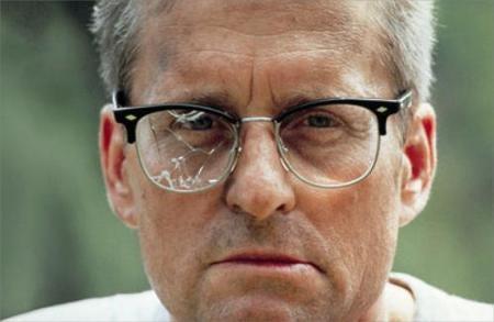 hombre-con-los-cristales-de-las-gafas-rotos