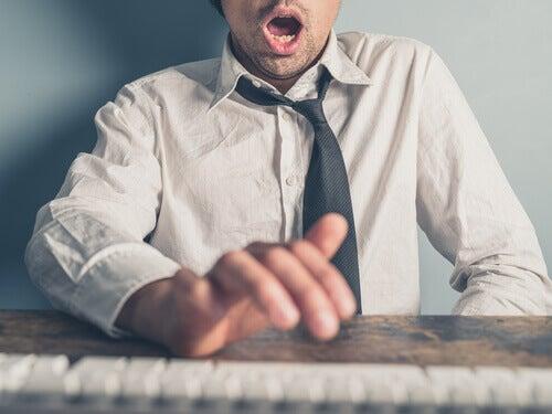 hombre-masturbandose-en-la-oficina