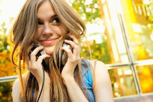 jeune-fille-ecoutant-de-la-musique