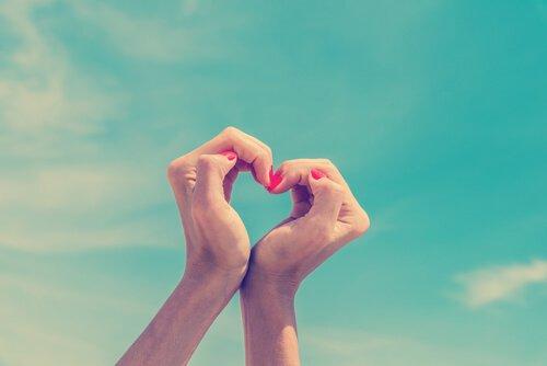 mains-faisant-un-coeur