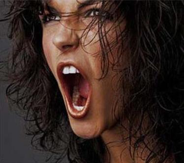 mujer-gritando-fuerte