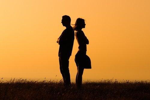 pareja-dandose-la-espalda