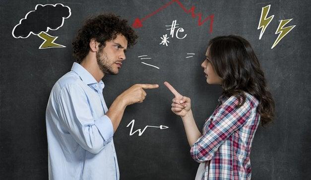 pareja-discutiendo-de-pie