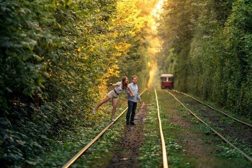 pareja-esperando-un-tren
