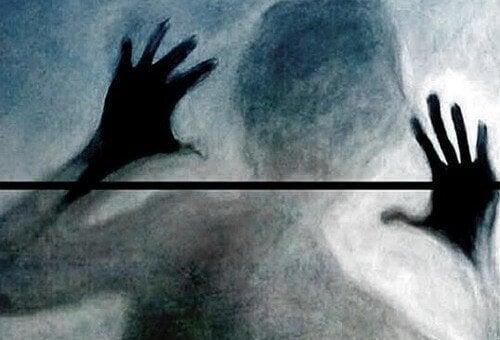 sombra-de-una-persona-tras-un-cristal