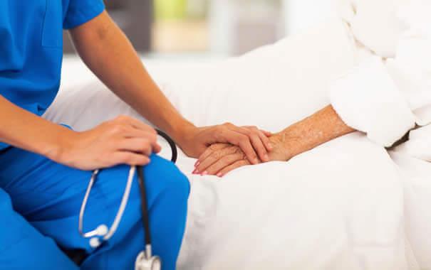 infirmiere-soccupant-dun-patient