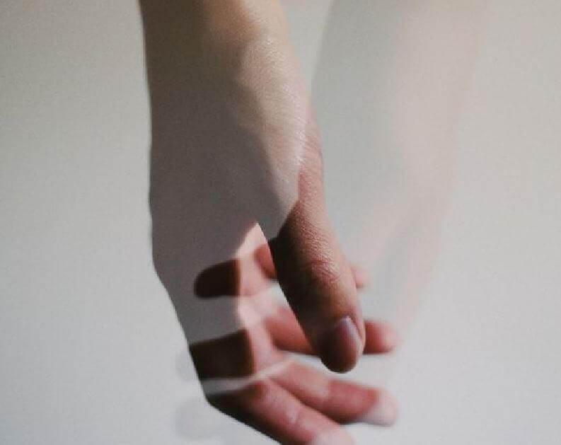 mains-reelle-et-transparente-enlacees