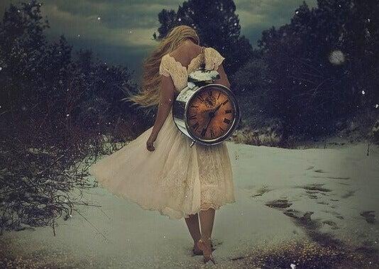 mujer-cargando-reloj-e1464251655353
