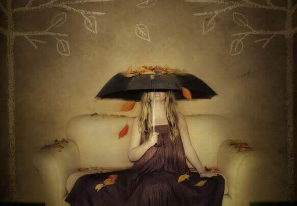 mujer-cubriendose-con-un-paraguas