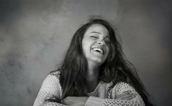 mujer-sonriendo-en-blanco-y-negro