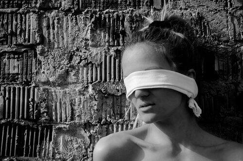 femme-bande-sur-les-yeux