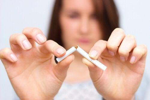 femme-coupant-une-cigarette