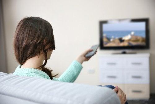 femme-regardant-un-film