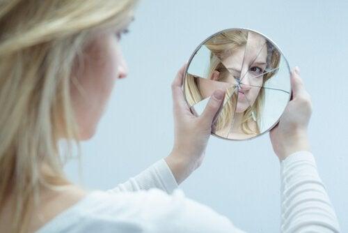 femme-se-regardant-dans-un-miroir