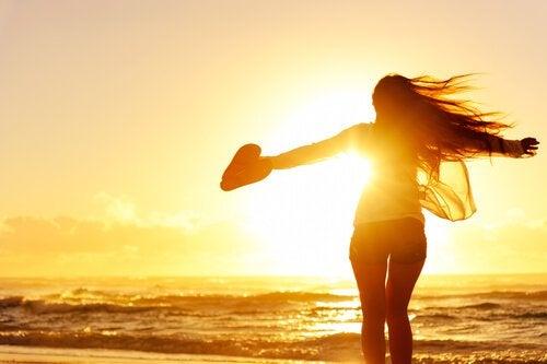 femme-seule-plage-coeur-main