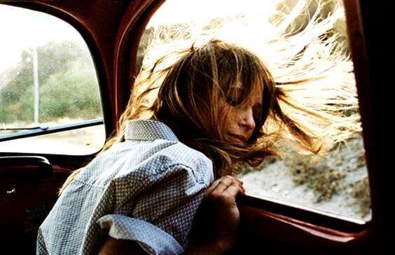 fille-dans-une-voiture
