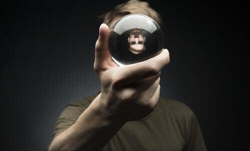 homme-avec-une-boule-de-cristal-dans-la-main