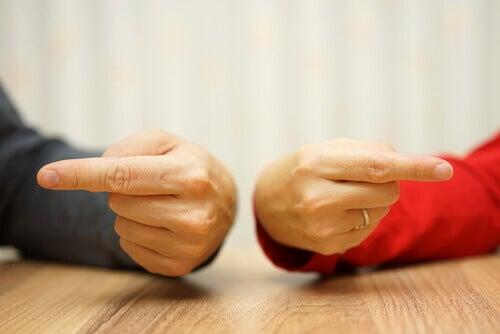 manos-con-un-dedo-sen%cc%83alando
