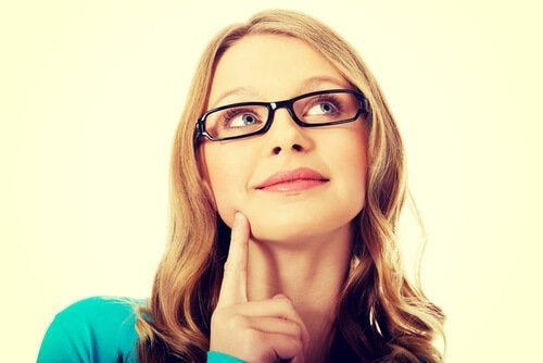 mujer-con-gafas-pensando